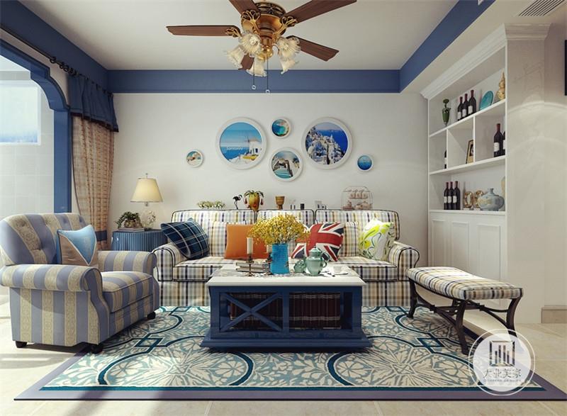 沙发背景墙采用蓝色装饰画,沙发采用花格子布艺沙发,搭配蓝白色实木茶几,地面铺设浅黄色瓷砖,搭配蓝色地毯。