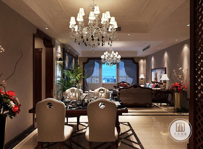 客厅采用大型灯池,并用华丽的枝形吊灯营造气氛。半拉式弧形窗帘,并用带有花纹的石膏线勾边。