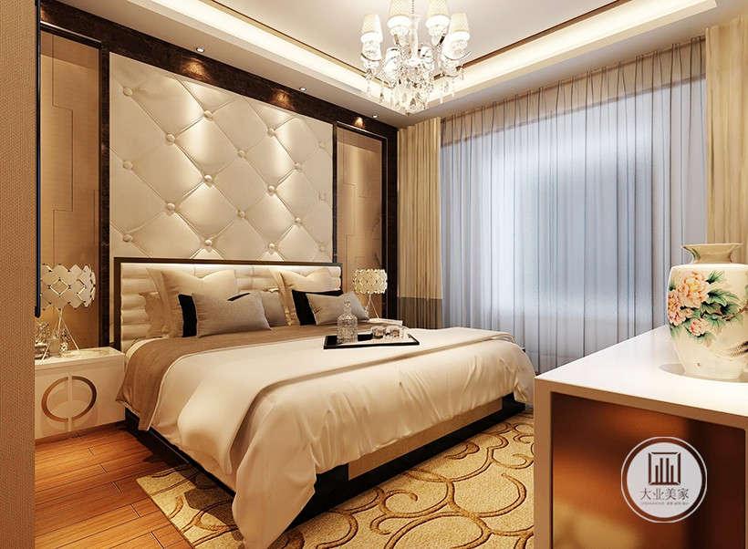 白色皮革背景墙,质地柔软,防潮性好,搭配灰白色床上布艺,加入了现代简约元素,金色卷曲花纹地毯,床头白釉色花瓶体现东方的古典美感,整体暖色基调。