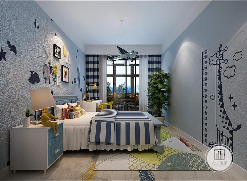 儿童房铺贴蓝色壁纸,床头背景墙采用卡通装饰物,床的一侧放置白色床头柜,另一侧放置白色书桌,黑框推拉门的外面是阳台。