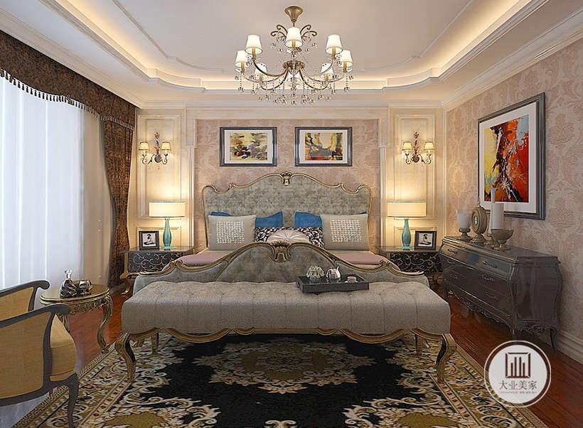 居室床造型豪华大气,紫色布艺搭配质感灰色床脚长凳,给人带来更多的是惬意和浪漫,窗帘通过完美的典线流苏装饰,细节上的精益求精。地毯的舒适脚感和典雅的独特质地与西式家具的搭配相得益彰。