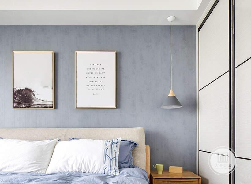 一侧床头柜采用灰色吊灯,另一侧是白色推拉门橱柜。