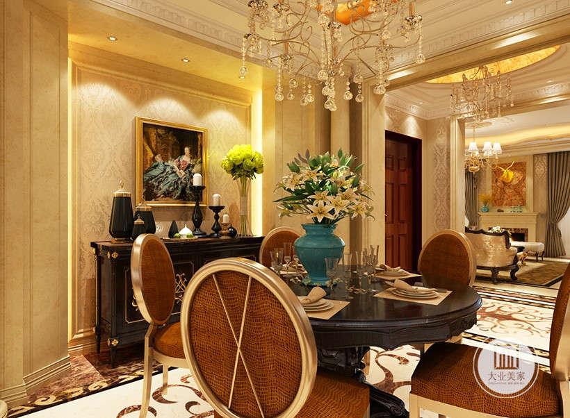 金黄色和棕色的配饰衬托出古典家具的高贵与优雅,造型古朴的吊灯使整个空间看起来赋予韵律感且大方典雅,柔和的绿植花艺为整个空间带来了柔美的气质,给人以开放、宽容的非凡气度。