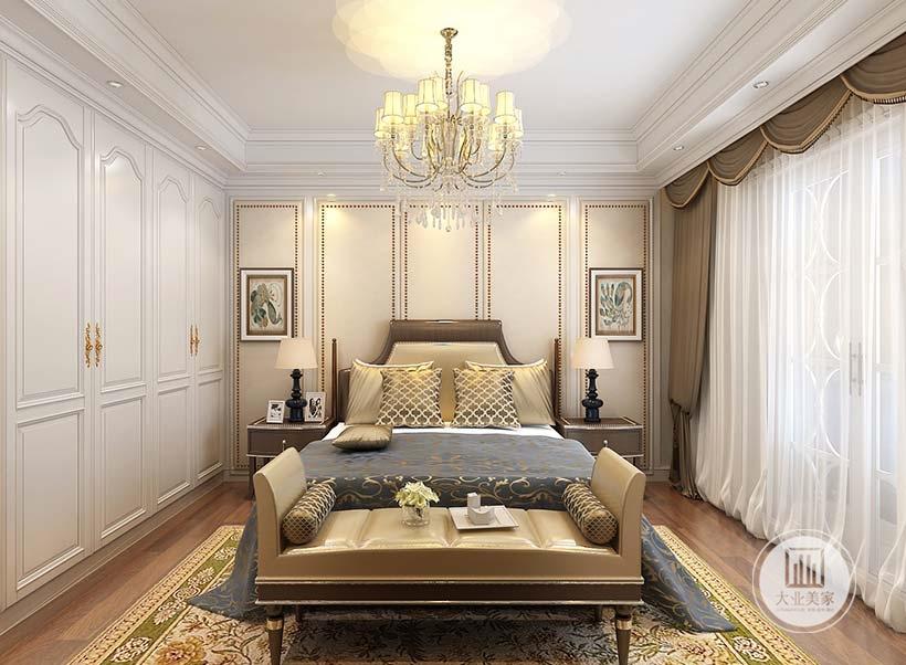 卧室床头背景墙采用金黄色壁布,装饰画没有挂在床头而是挂在两侧,床的两侧采用暗色床头柜。
