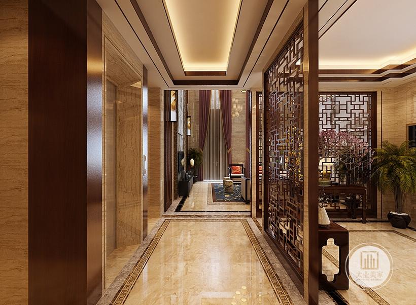 走廊装修效果图:地面铺设浅黄色瓷砖,墙面采用木纹砖,搭配红木镂空隔断。