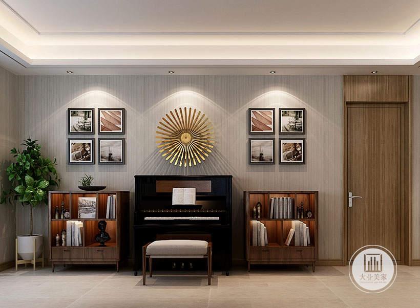 沙发发后面的空间作为休闲区,墙面铺贴灰色壁纸,深黑色的钢琴搭配两侧浅色的实木边柜。