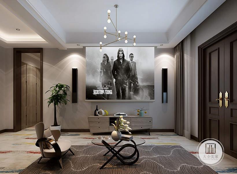 地下影视厅浅色小沙发,搭配黑色金属框架茶几,影视墙采用幕布和电视柜搭配的方式。