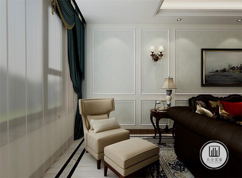入户玄关采用浅绿色花草壁纸,搭配黄铜橱柜。
