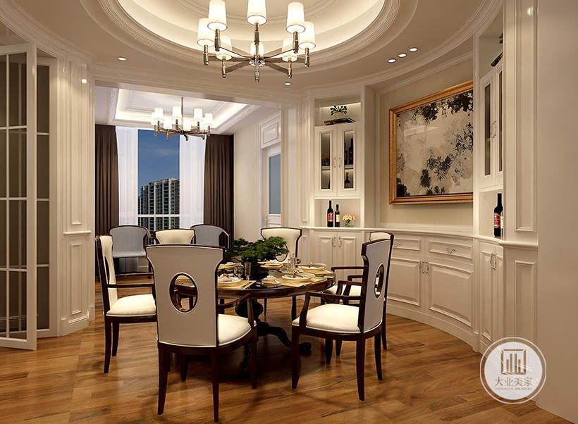 餐厅的餐桌餐椅都采用黑檀木材料,弧形墙面做成白色收纳柜,装饰画也采用弧形的设计。