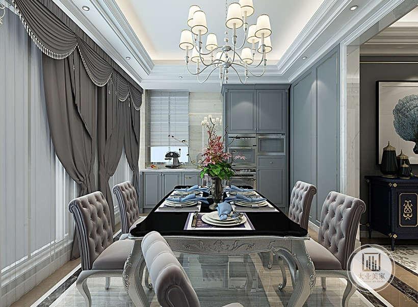 餐厅玻璃隔断,白色帷幔深紫色遮光窗帘,便于室内通风采光,调节明暗,宽敞明亮的餐厅环境会给居住者带来舒适的用餐体验。