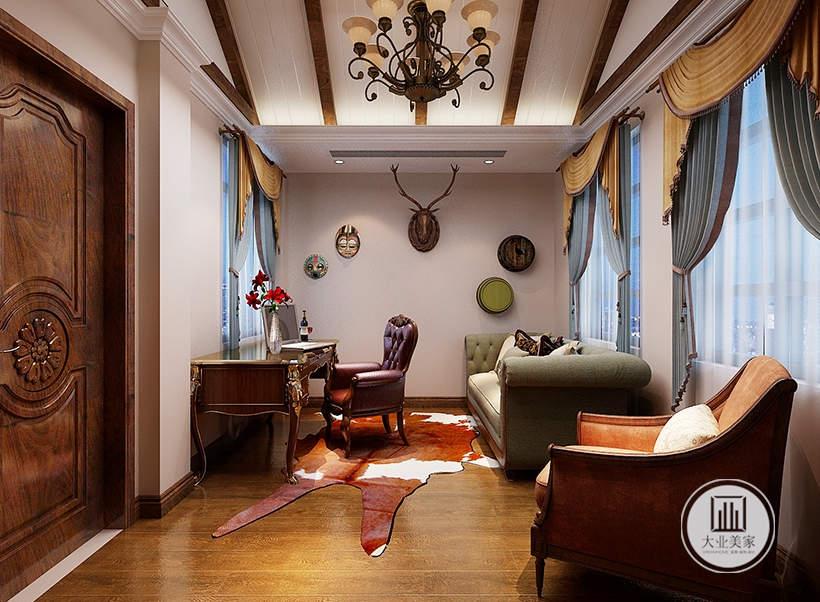 休闲室墙面采用欧式装饰,书桌相对的一侧采用布艺沙发。