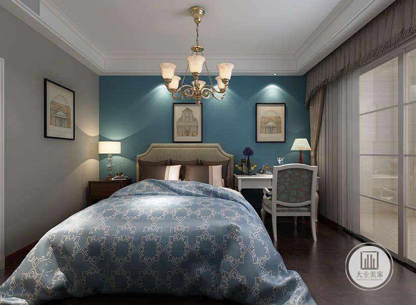 蓝色背景墙,大气浪漫,阳台采用玻璃门隔断,使室内氛围不压抑,符合现代人的审美。